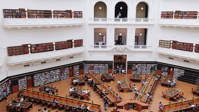 students at the university library - Ethics will now join religious studies in the Austrian junior and senior high school curricula